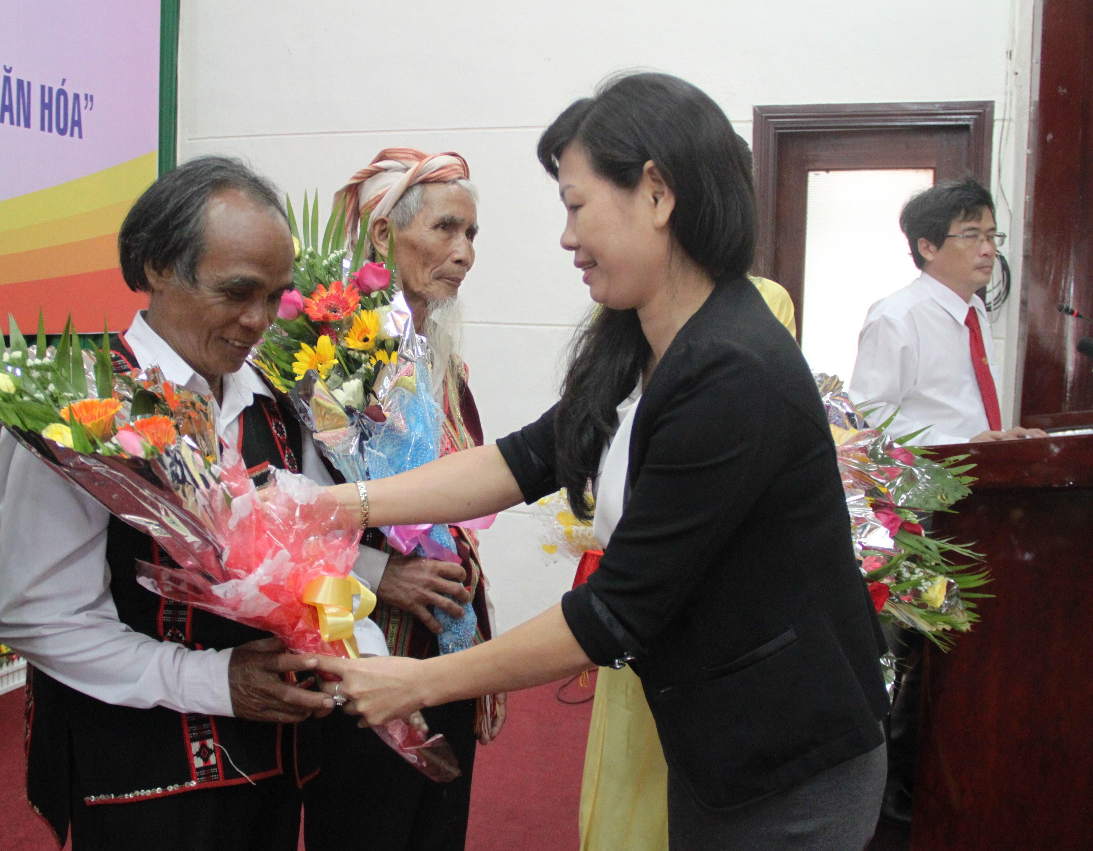 Đời sống văn hóa của cộng đồng người Hre ở Bình Định ngày càng được nâng cao, xóa bớt những hủ tục lạc hậu