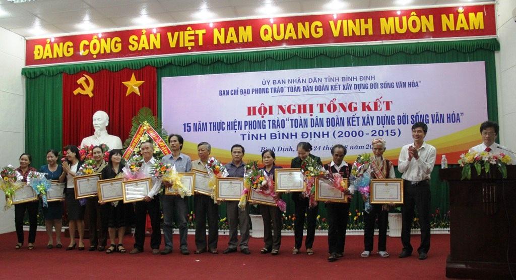 Các gia đình nhận Bằng khen gia đình văn hóa do UBND tỉnh Bình Định trao