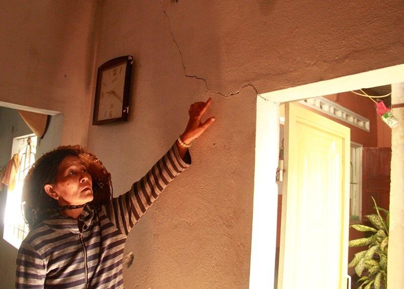 Bà Em cho rằng từ ngày thi công cầu Lê Thanh Nghị nhà bà và nhiều hộ dân lân cận bị nứt nhiều