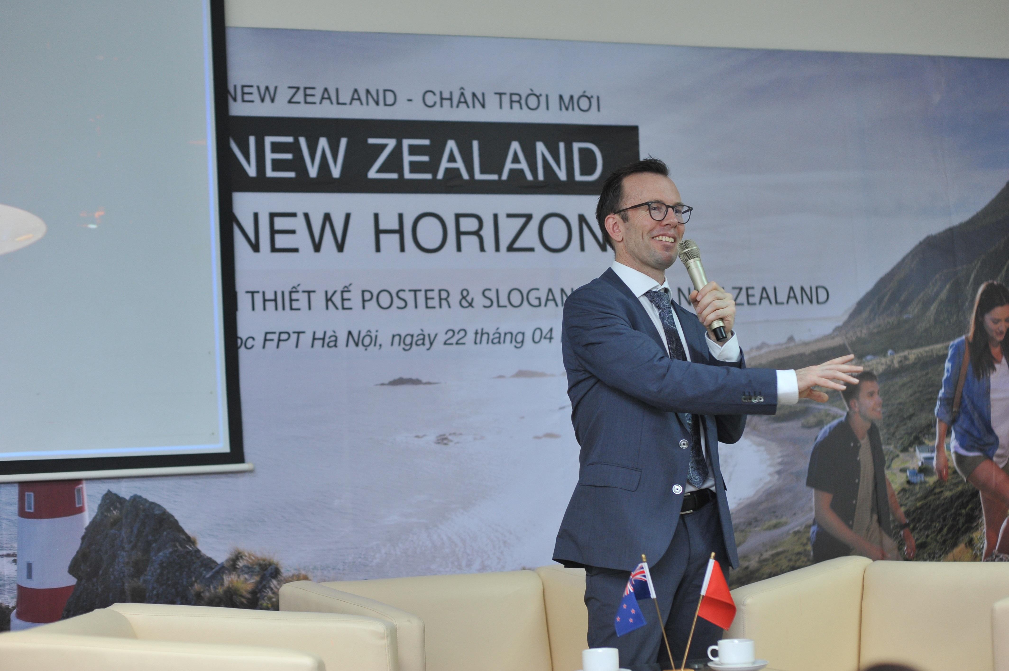 Đại sứ New Zealand tại Việt Nam Haike Manning trong lễ phát động cuộc thi New Zealand - Chân trời mới