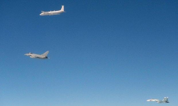 Máy bay do thám (trên cùng) và tiêm kích Su-27 (phải) của Nga bị chặn bởi tiêm kích Typhoon (giữa) của RAF trên bầu trời Estonia (Ảnh: Bộ Quốc phòng Anh)