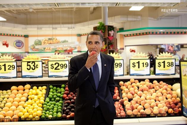 Tổng thống Obama ăn hoa quả tại một siêu thị ở bang Virginia (Ảnh: UPI)