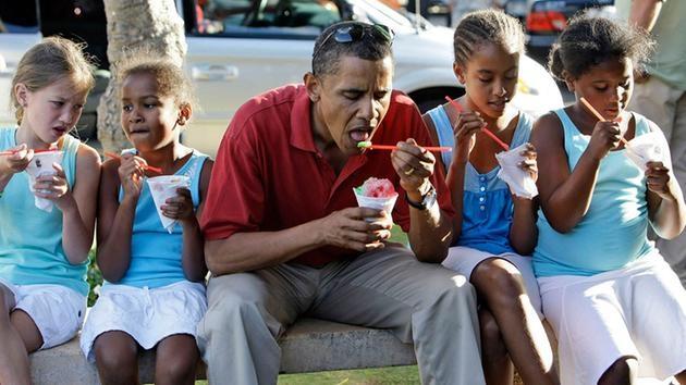 Ông Obama ăn đá bào cùng hai con gái (ngồi cạnh 2 bên) trên ghế đá ngoài công viên (Ảnh: AP)