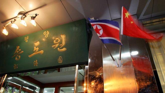 Cờ Triều Tiên và Trung Quốc treo bên ngoài một nhà hàng Triều Tiên (Ảnh: Getty)