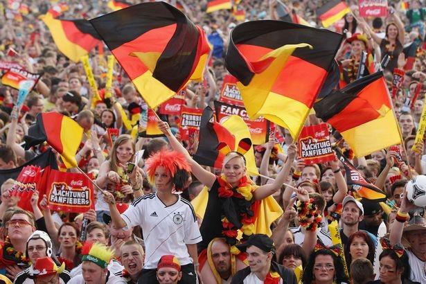 Người hâm mộ cổ vũ trong một trận đấu tại EURO 2012 (Ảnh: Getty)