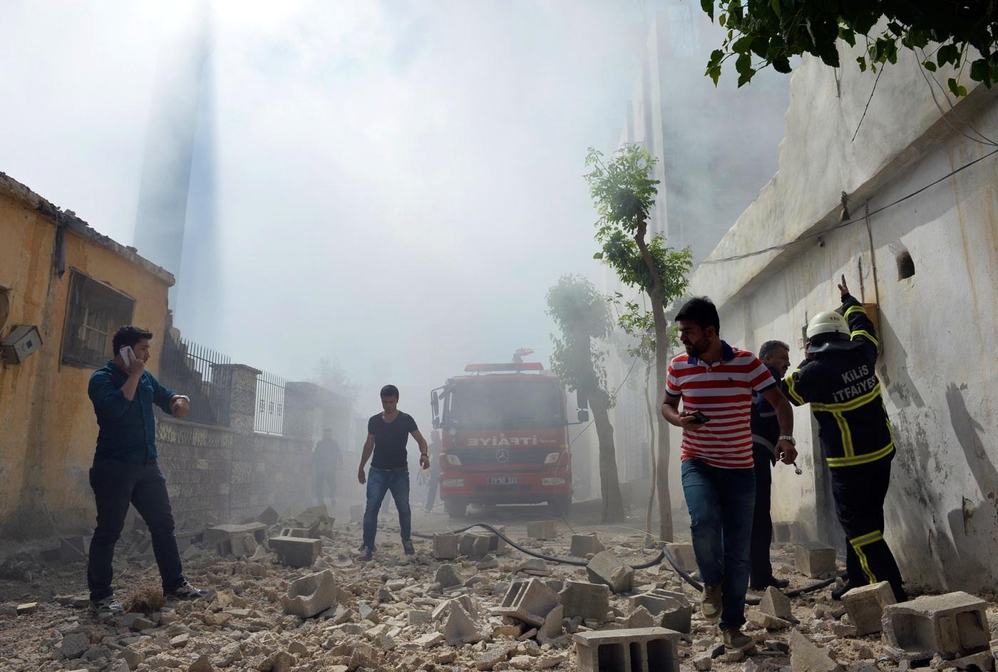 Hiện trường một vụ phóng rocket từ Syria sang thành phố Kilis, Thổ Nhĩ Kỳ hôm 19/4 (Ảnh: AP)