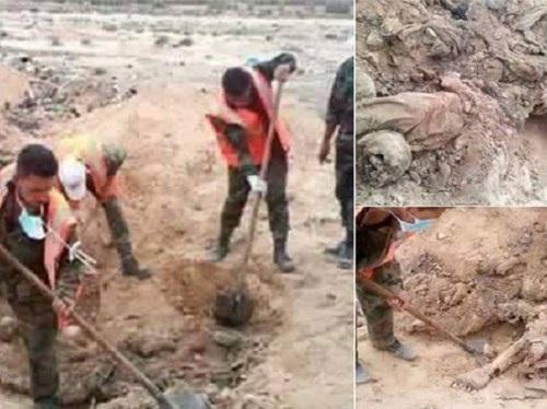 Binh lính Syria khai quật các xác chết (Ảnh: Twitter)