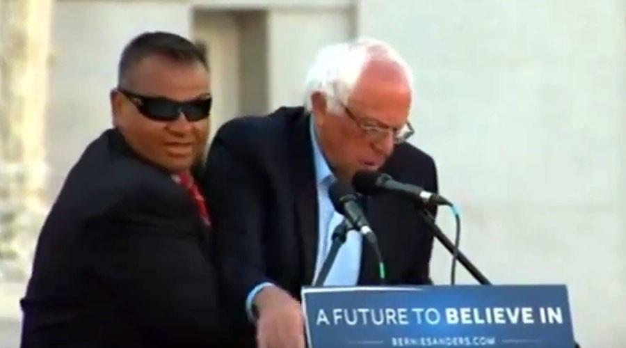 Mật vụ Mỹ bảo vệ ứng viên tổng thống Bernie Sanders hôm 30/5 (Ảnh: Youtube)
