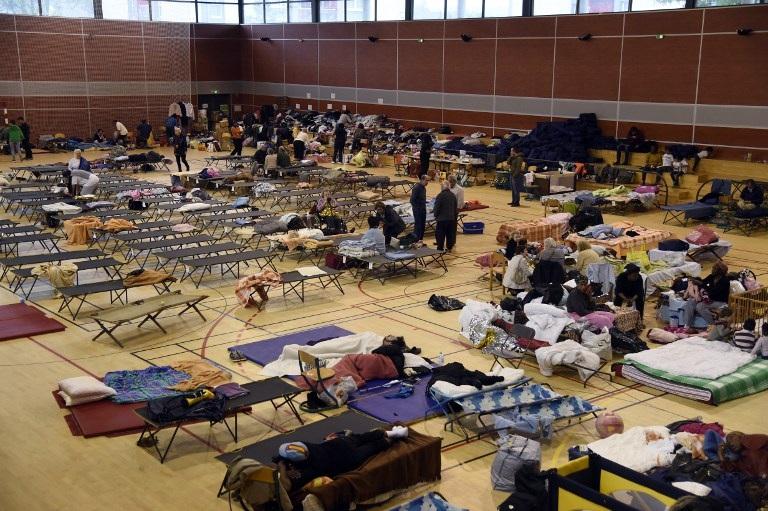 Nơi ở tạm thời của người dân sau khi sơ tán là các phòng tập thể dục (Ảnh: AFP)