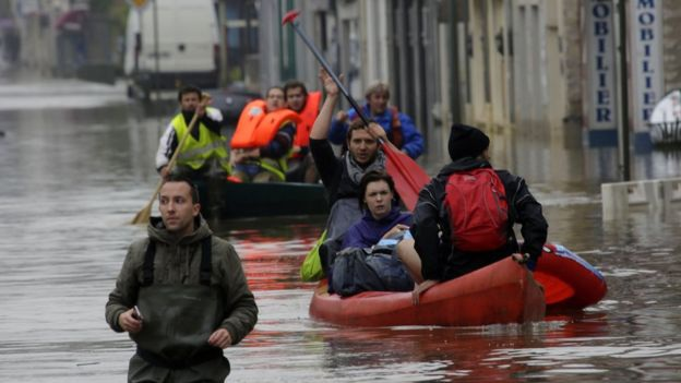 Hơn 3.000 người Pháp đã phải sơ tán trên những chiếc xuồng để tránh lũ (Ảnh: AP)