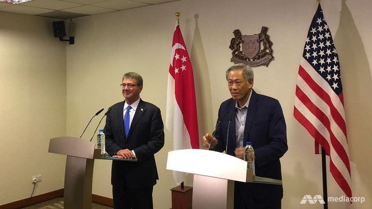 Bộ trưởng Quốc phòng Mỹ Ashton Carter (trái) và người đồng cấp Singapore Ng Eng Hen trong cuộc gặp mặt ngày 3/6 (Ảnh: Kenneth Lim)