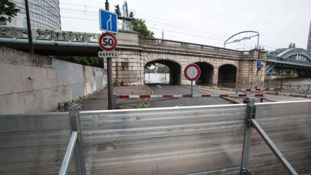 Hệ thống tàu điện phải ngừng hoạt động trong những ngày mưa lớn. Bảo tàng Louvre cũng tạm thời đóng cửa (Ảnh: AFP)