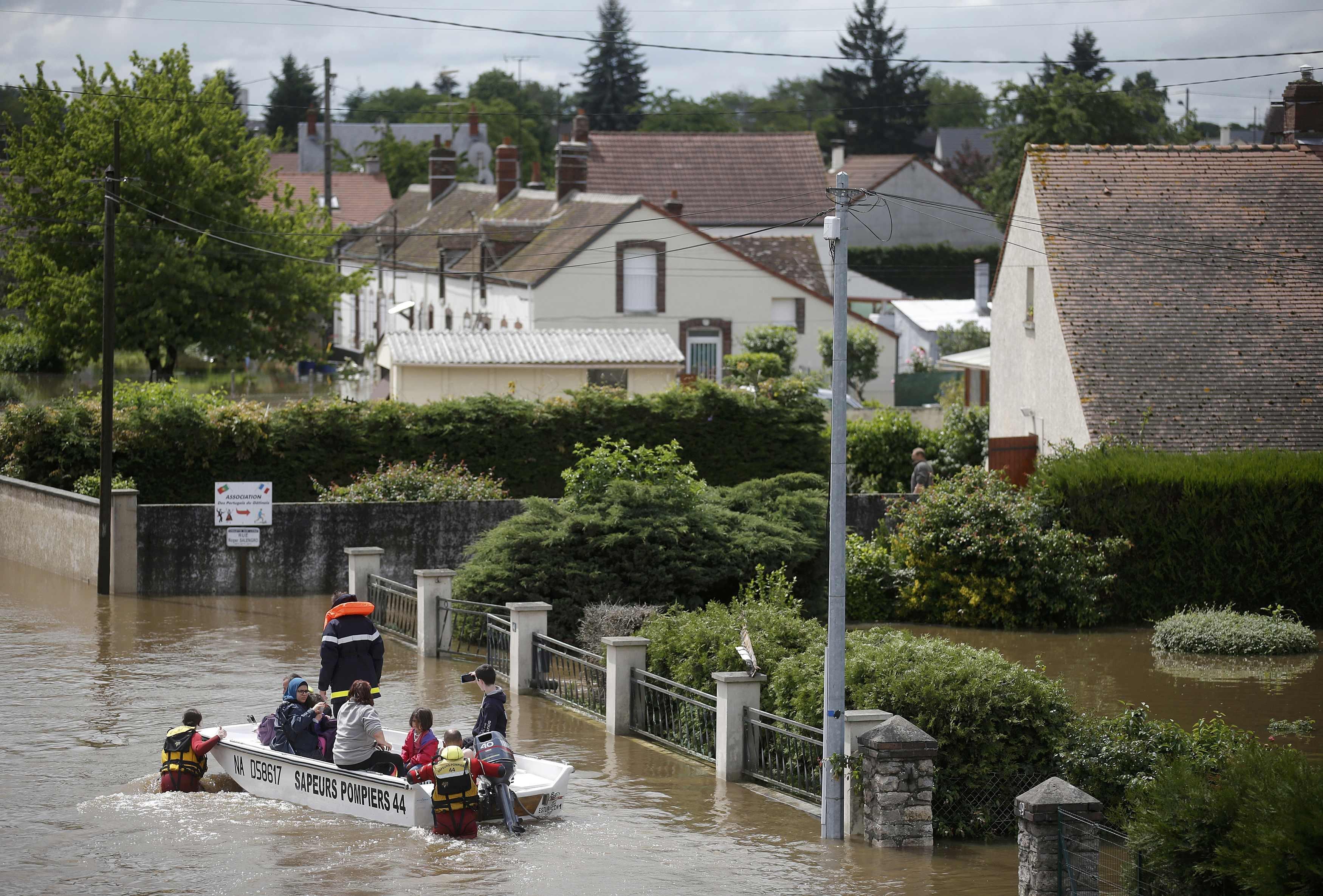 Những ngôi nhà chìm trong biển nước ở Chalette-sur-Loing do mưa lớn nhiều ngày qua (Ảnh: Reuters)