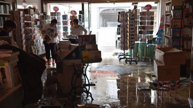 Các cửa hàng kinh doanh tại Pháp buộc phải đóng cửa vì nước lũ dâng cao, thiệt hại về tài sản đến nay vẫn chưa thống kê hết (Ảnh: AFP)