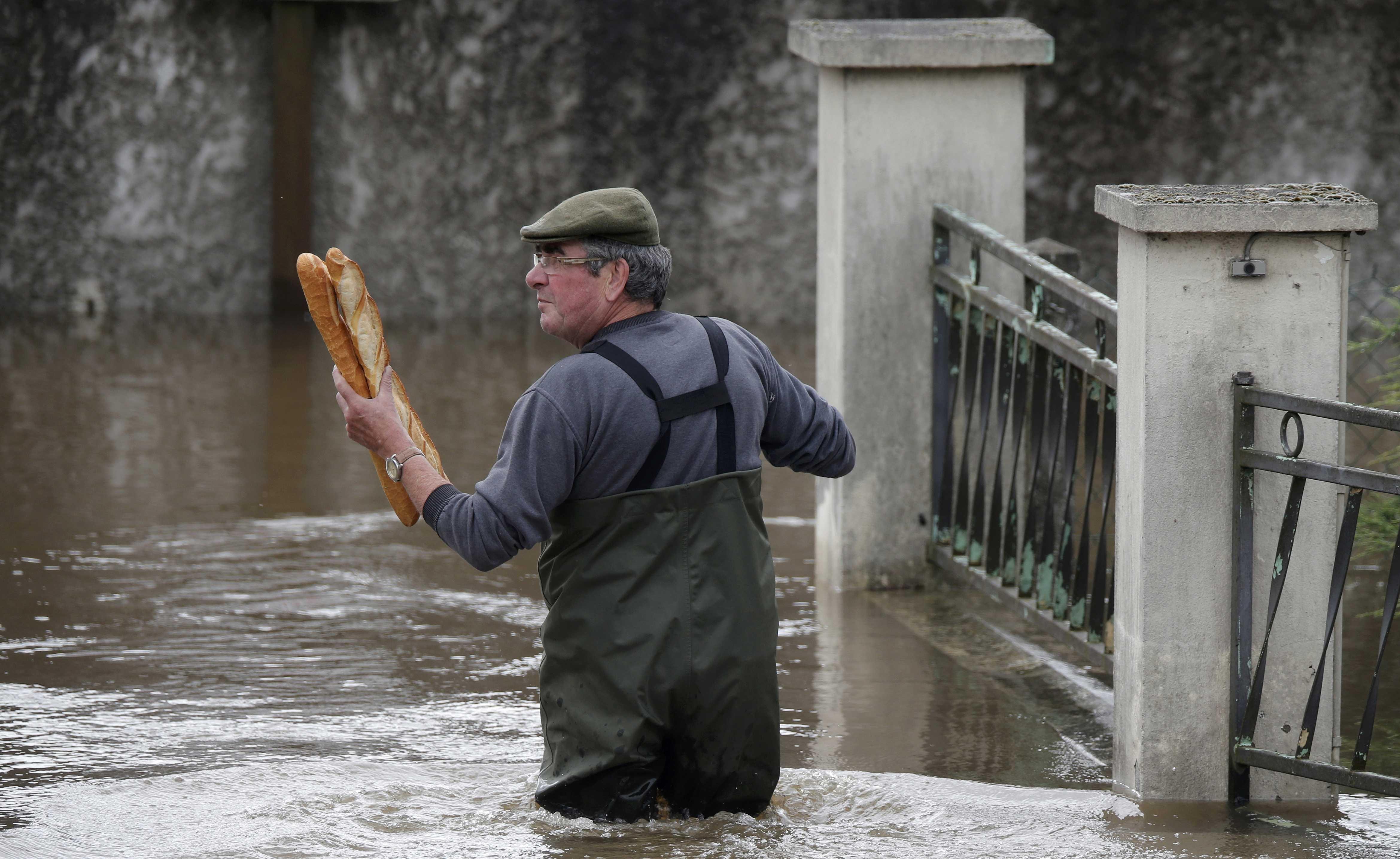 Bánh mì là thực phẩm chính của người dân Pháp trong những ngày mưa lớn (Ảnh: Reuters)