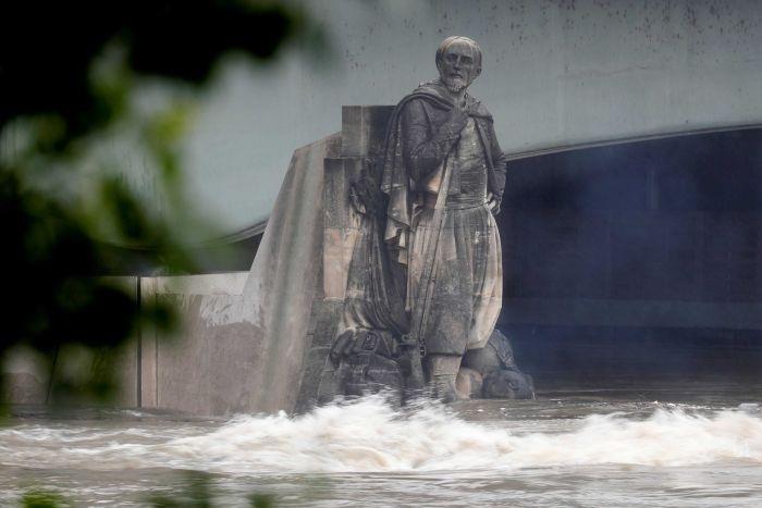 Mực nước dâng cao gần chạm mặt cầu Alma bắc qua sông Seine ở Paris, Pháp (Ảnh: Reuters)