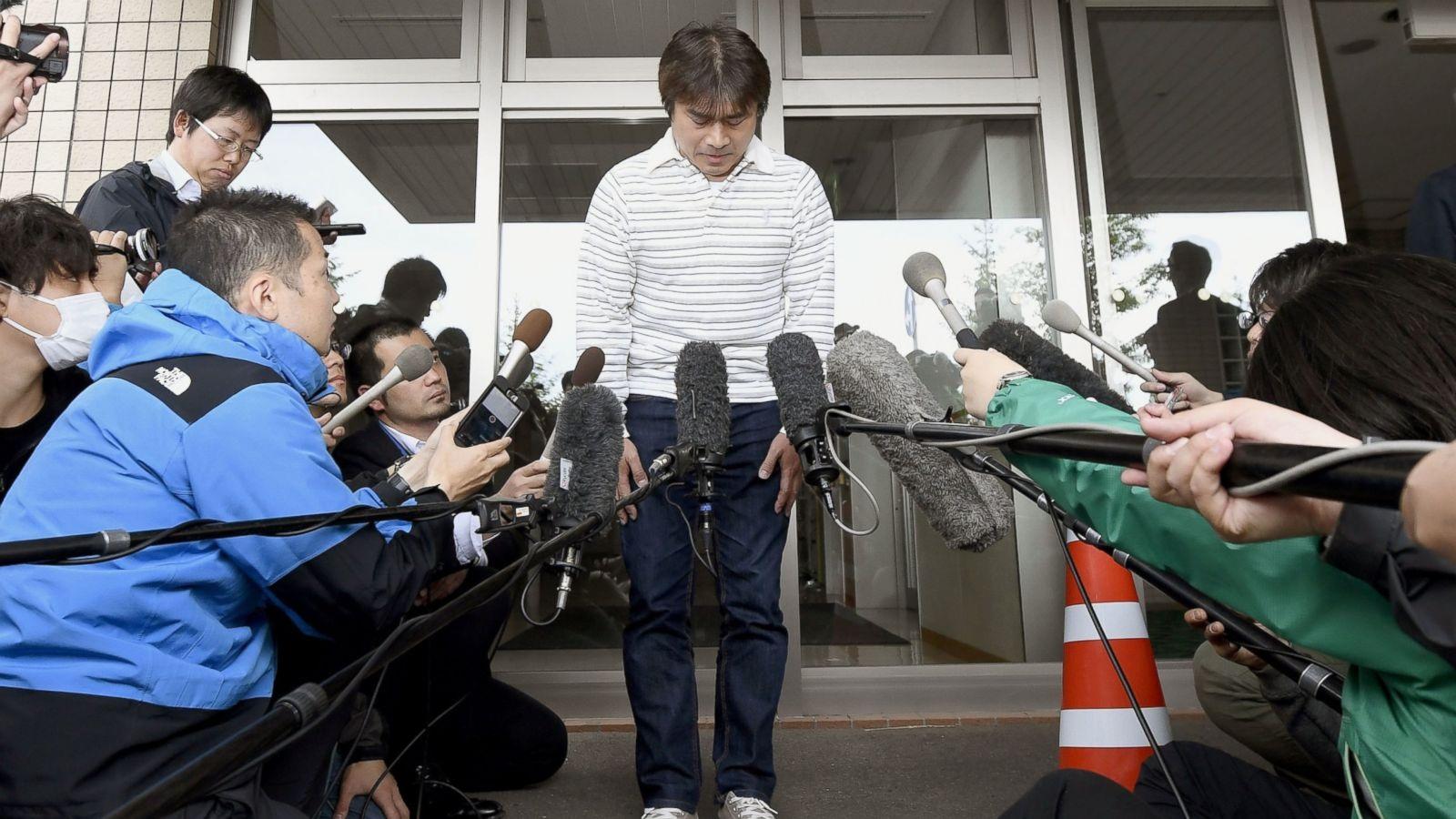 Cha cậu bé mất tích, Takayuki Tanooka, cúi đầu xin lỗi sau khi để con mất tích trong rừng (Ảnh: AP)