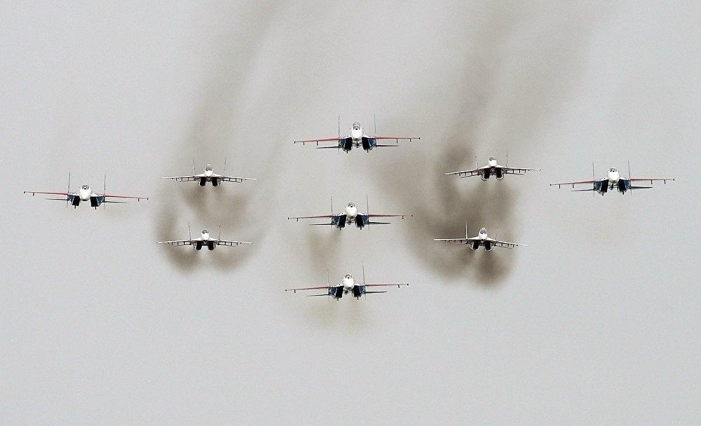 Máy bay chiến đấu Sukhoi Su-27 (Tráng sĩ Nga) của đội bay Russkiye Vityazi và máy bay chiến đấu MiG-29 (Chim én) của đội bay Strizhi cùng phô diễn sức mạnh trên bầu trời Nga
