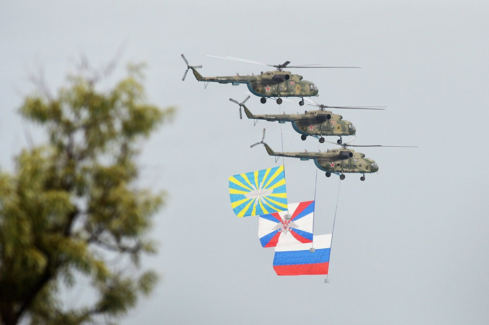 3 trực thăng Mi-8 bay song song nhau tại Trung tâm thử nghiệm Chauda thuộc Lực lượng không quân Nga