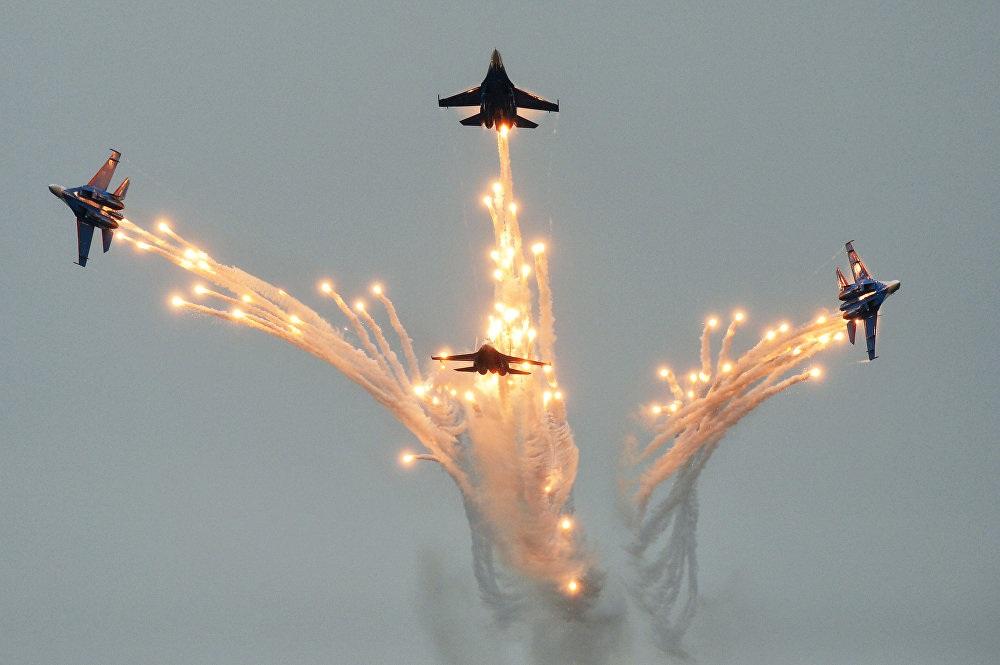 Máy bay chiến đấu Su-27 (Tráng sĩ Nga) trong một màn trình diễn phối hợp