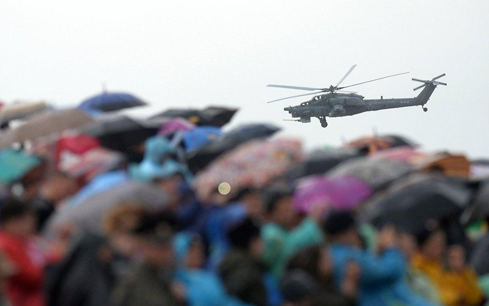 Nhiều khán giả đã đến Trung tâm thử nghiệm Chauda để được tận mắt chiêm ngưỡng những màn thi đấu ấn tượng của lực lượng không quân Nga
