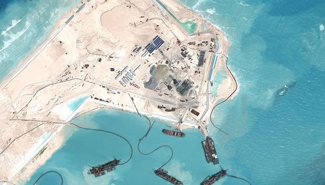 Các tàu thuyền của Trung Quốc vây quanh đá Chữ Thập tại quần đảo Trường Sa (Ảnh: AMTI)