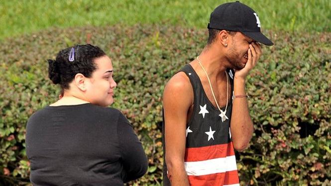Người thân của các nạn nhân vụ xả súng tại hộp đêm Pulse hôm 12/6 bật khóc bên ngoài trụ sở cảnh sát thành phố Orlando (Ảnh: Reuters)