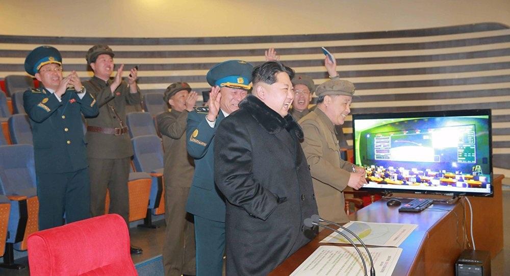 Nhà lãnh đạo Triều Tiên Kim Jong-un quan sát một đợt phóng tên lửa tầm xa (Ảnh: KCNA)