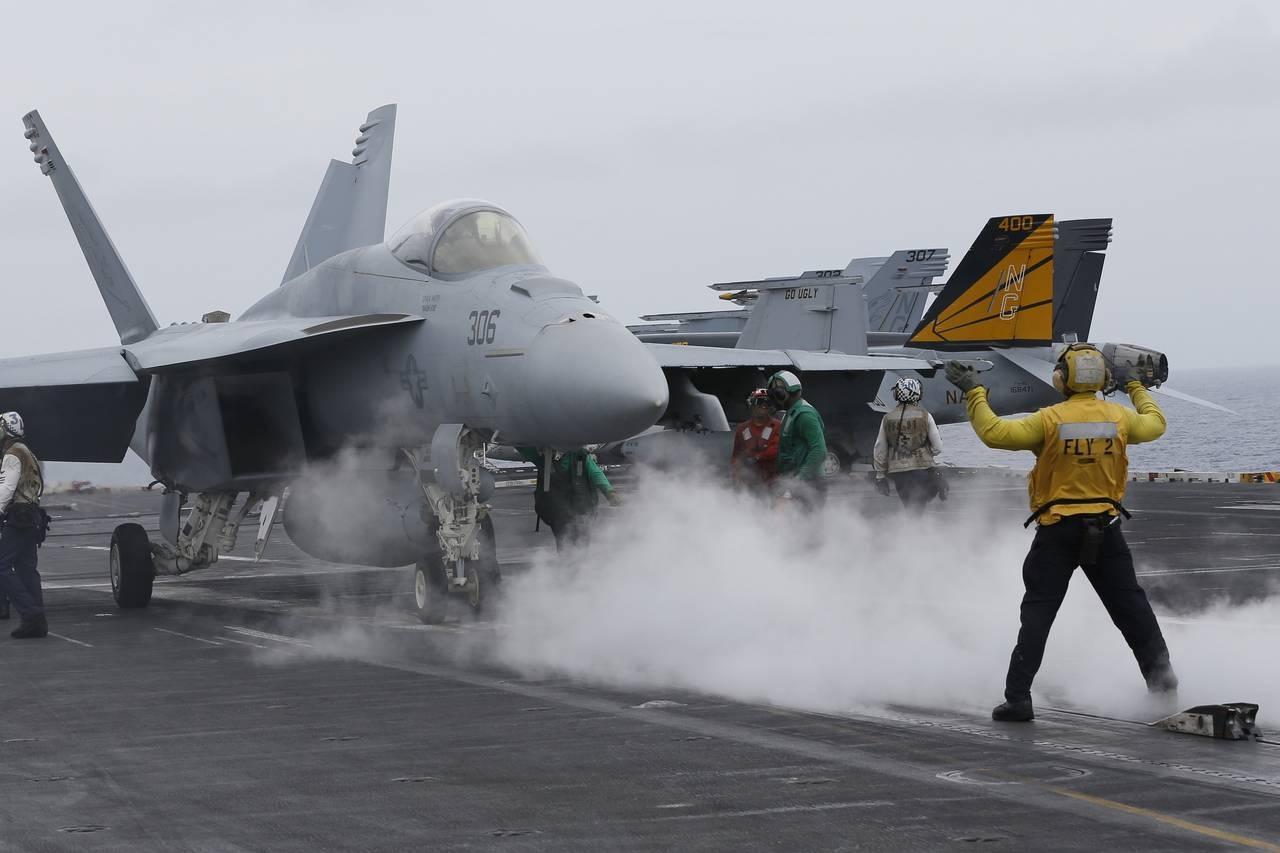 Máy bay chiến đấu chuẩn bị cất cánh từ tàu sân bay USS John C. Stennis của Hải quân Mỹ trong cuộc tập trận chung Mỹ - Ấn - Nhật hôm 15/6 (Ảnh: AP)