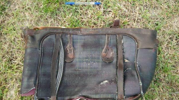 Túi xách tay làm bằng vải kẻ nghi của nạn nhân MH370 (Ảnh: BBC)