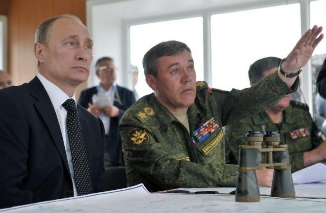 Tổng Tham mưu trưởng các lực lượng vũ trang Nga Valery Gerasimov (phải) và Tổng thống Nga Vladimir Putin theo dõi cuộc tập trận chung gần hồ Baikal (Nga) năm 2013 (Ảnh: RIA NOVOSTI)