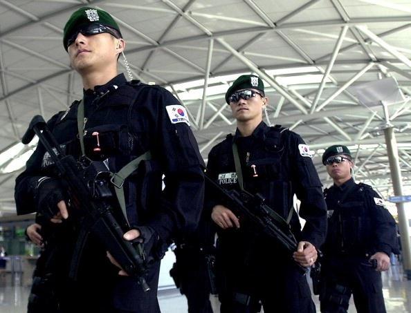 Đội đặc nhiệm phản ứng nhanh SWAT của Hàn Quốc tuần tra tại sân bay quốc tế Incheon, Hàn Quốc (Ảnh: Getty)