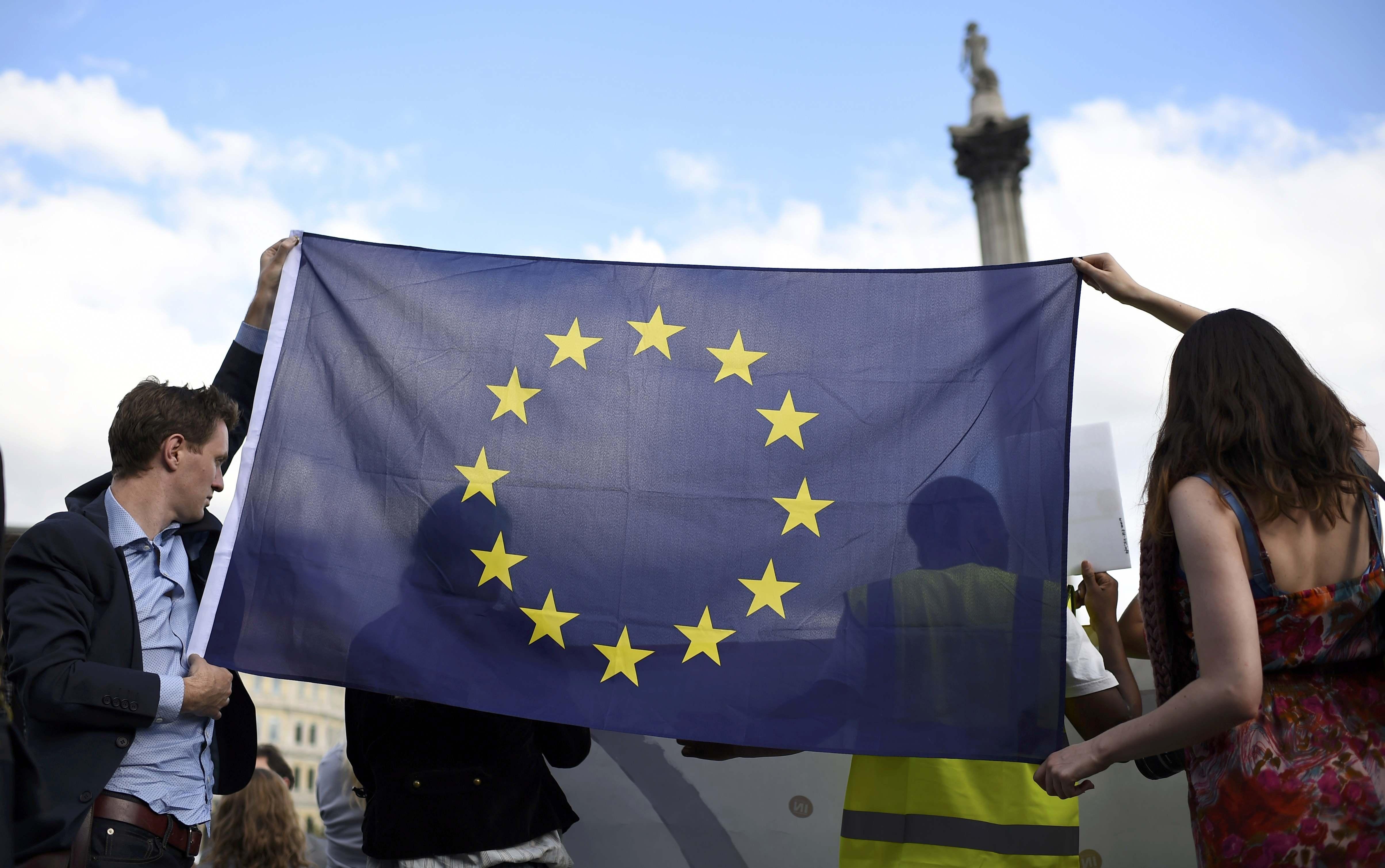 """Người biểu tình mang cờ EU trong cuộc tuần hành mang tên """"Nói có với châu Âu"""" tại quảng trường Trafalgar để ủng hộ việc Anh ở lại EU (Ảnh: Reuters)"""