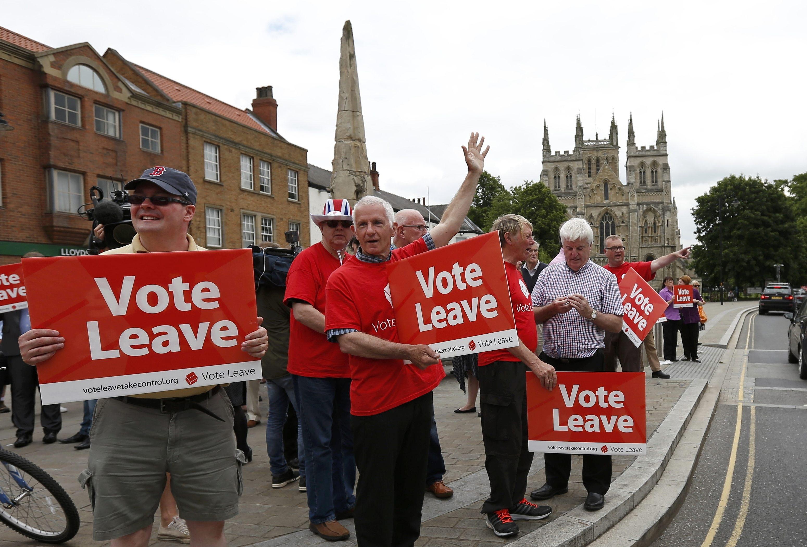 Những người ủng hộ Anh rời EU mang biểu ngữ trên các tuyến phố ở Selby (Ảnh: Reuters)