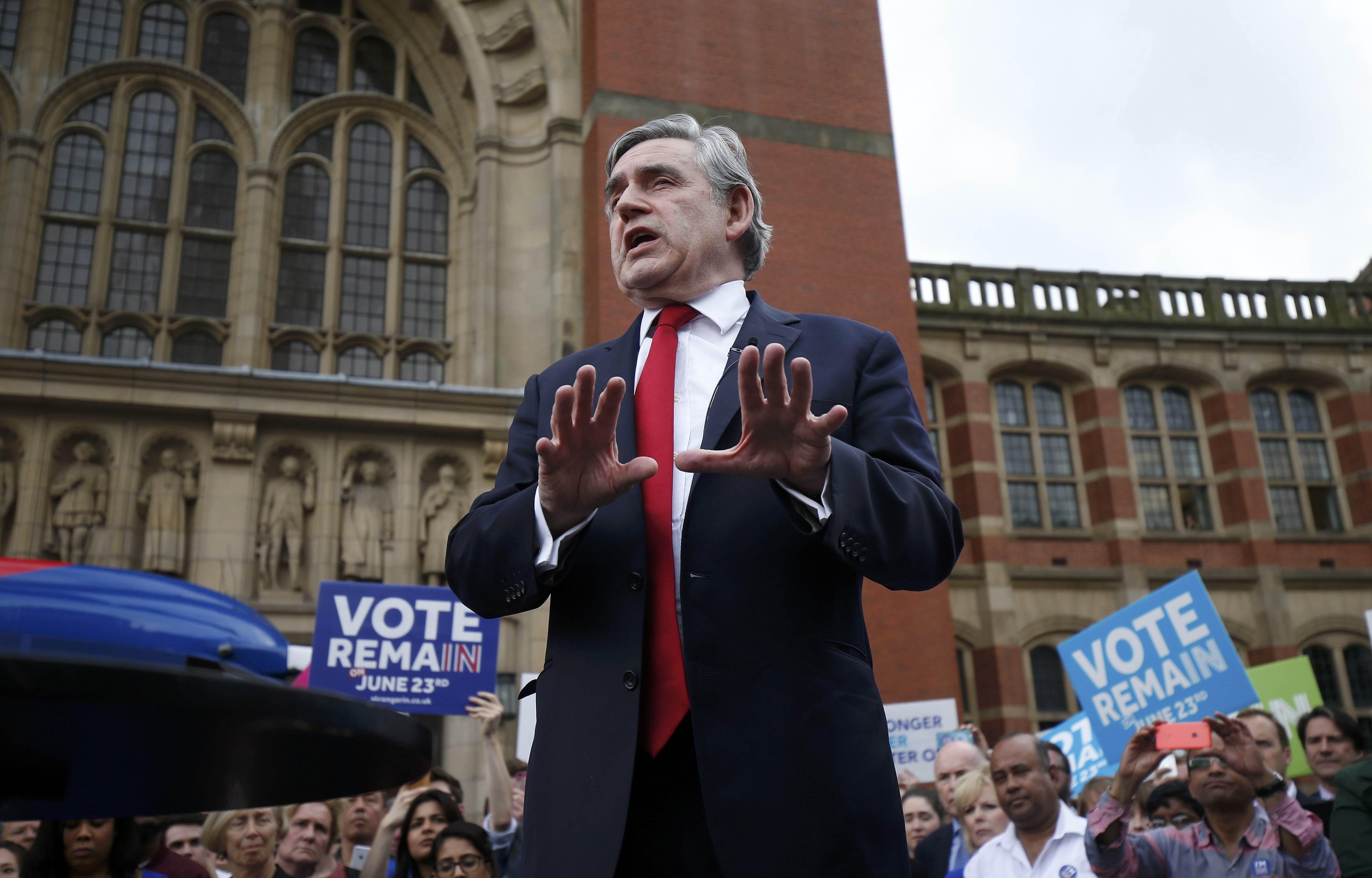 """Cựu Thủ tướng Anh Gordon Brown cũng là người ủng hộ mạnh mẽ việc Anh ở lại EU. Nhiều người giơ biểu ngữ """"Bỏ phiếu ở lại EU"""" trong buổi diễn thuyết của ông Brown tại Birmingham (Ảnh: Reuters)"""