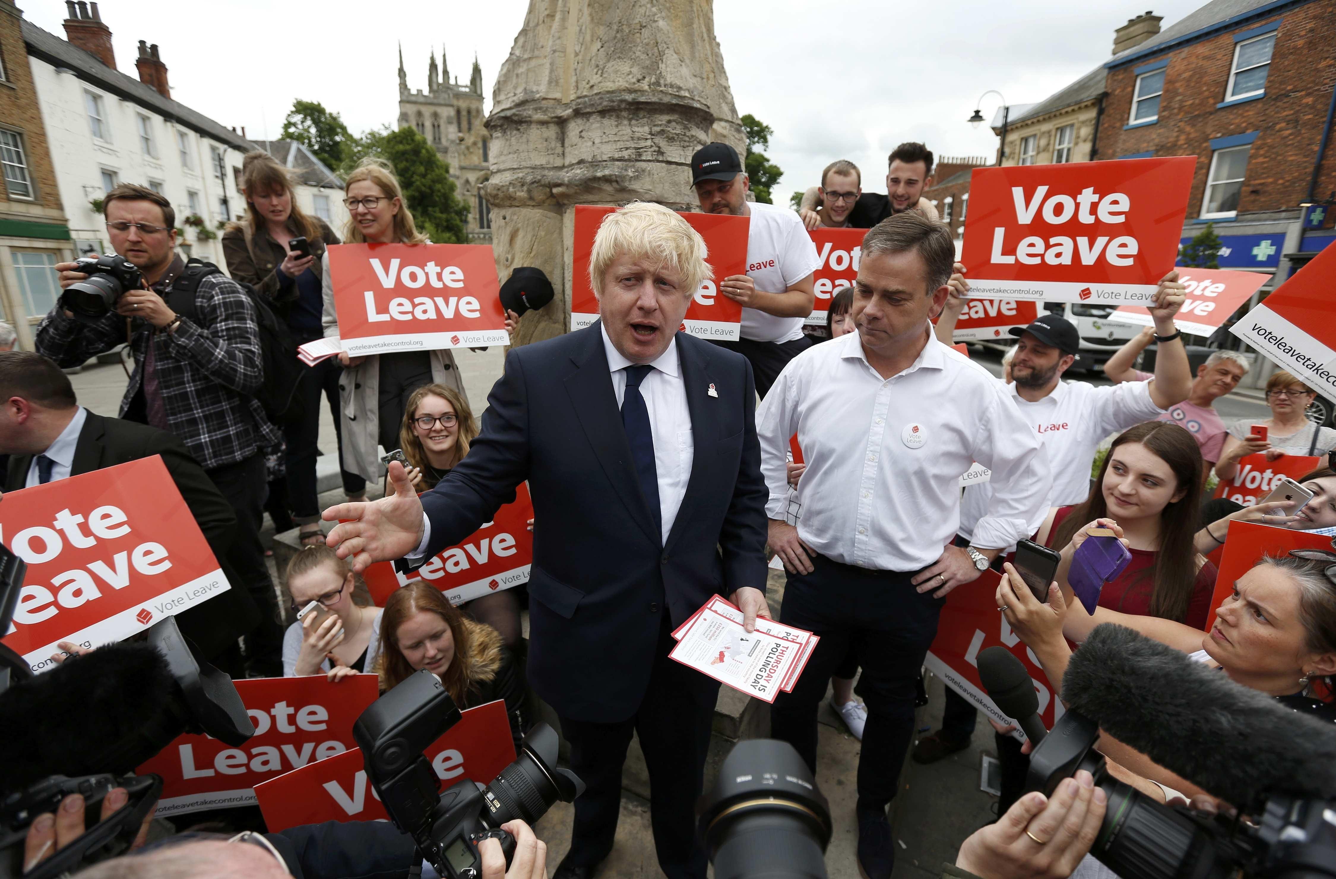 """Cựu thị trưởng London Boris Johnson ủng hộ Anh rời EU trong bài diễn thuyết mang tên """"Bỏ phiếu rời đi"""" tại Selby hôm 22/6. Các chính trị gia đang cố gắng tranh thủ những giờ phút cuối cùng trước khi thời điểm bỏ phiếu kết thúc để kêu gọi người dân (Ảnh: Reuters)"""