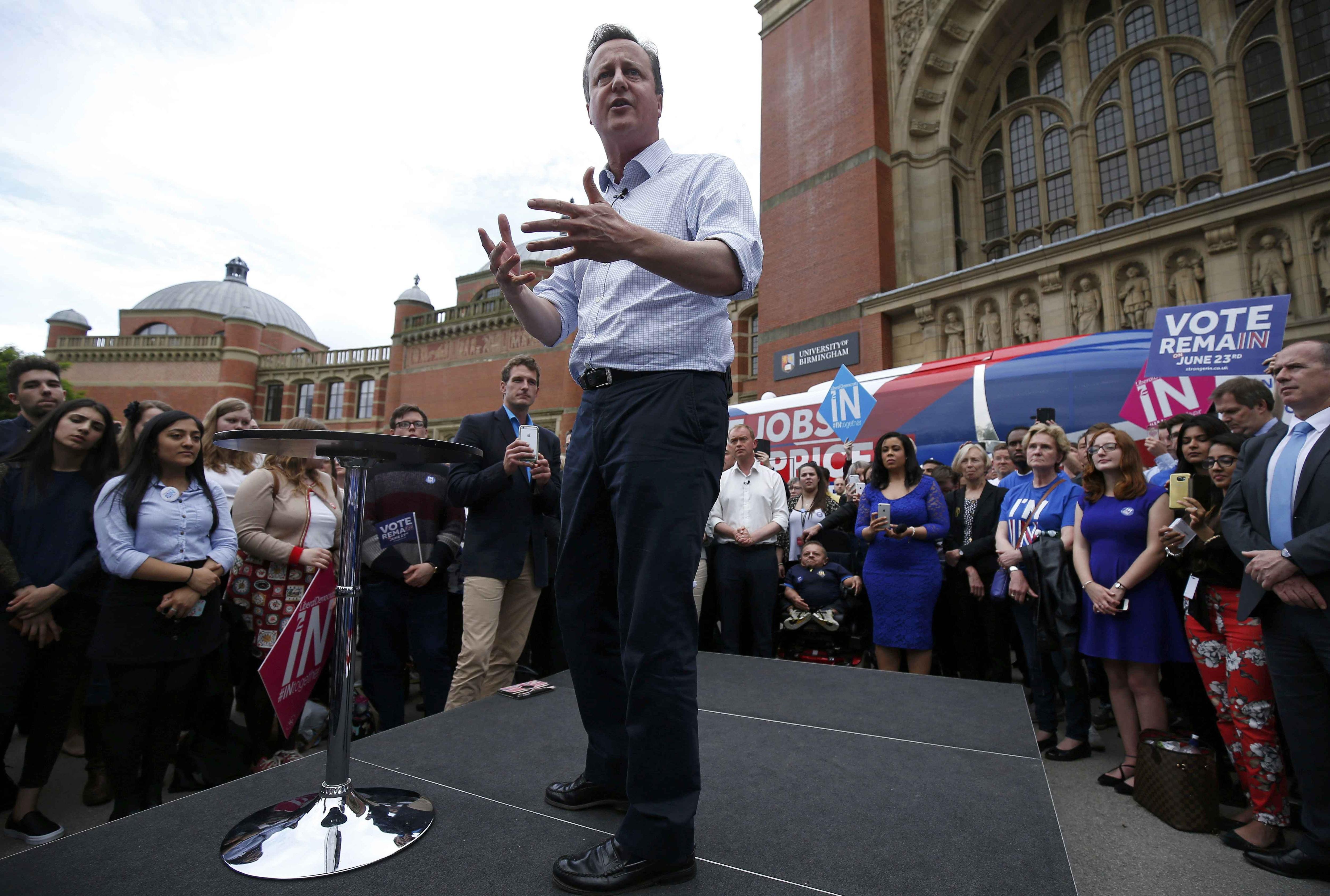 """Thủ tướng Anh David Cameron phát biểu trước công chúng tại Đại học Birmingham ở Birmingham hôm 22/6 trong bài diễn thuyết mang tên """"Nước Anh mạnh hơn khi ở lại châu Âu"""". Ông Cameron là một trong những chính trị gia ủng hộ mạnh mẽ việc Anh ở lại EU (Ảnh: Reuters)"""