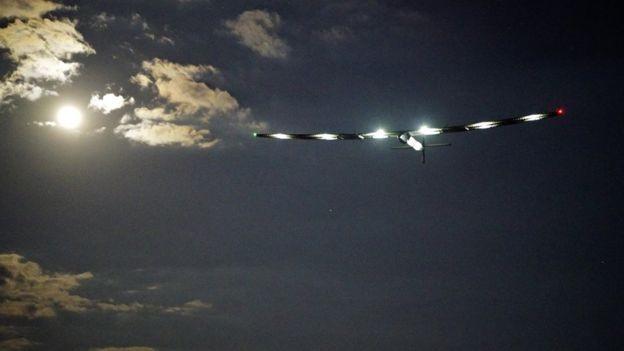Máy bay Solar Impulse 2 trên bầu trời đêm (Ảnh: BBC)