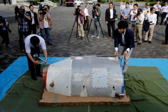 Các chuyên gia của Bộ Quốc phòng Nhật Bản đang kiểm tra vật thể (Ảnh: Reuters)
