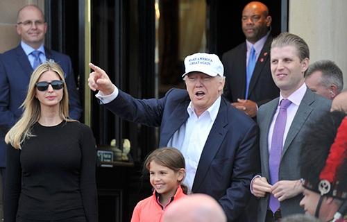 Tỷ phú Donald Trump (giữa) cùng gia đình đến sân golf Turnberry, Scotland ngày 24/6. (Ảnh: Reuters)