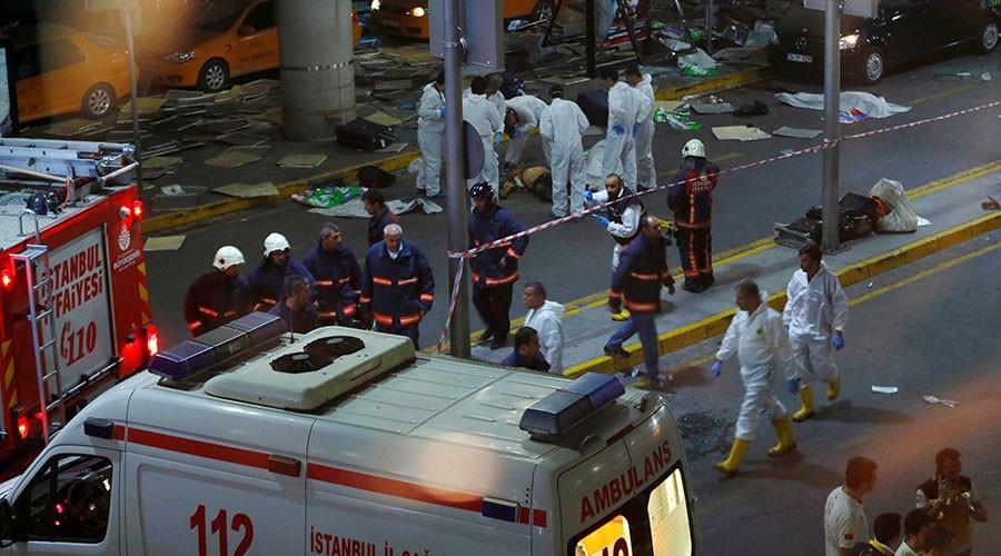 Hiện trường vụ đánh bom đẫm máu tại sân bay Ataturk, Thổ Nhĩ Kỳ hôm 28/6 (Ảnh: Reuters)