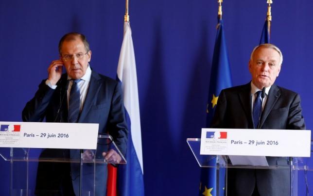 Ngoại trưởng Pháp Jean-Marc Ayrault (phải) và người đồng cấp Nga Sergei Lavrov trong cuộc hội đàm tại Paris ngày 29/6 (Ảnh: Reuters)