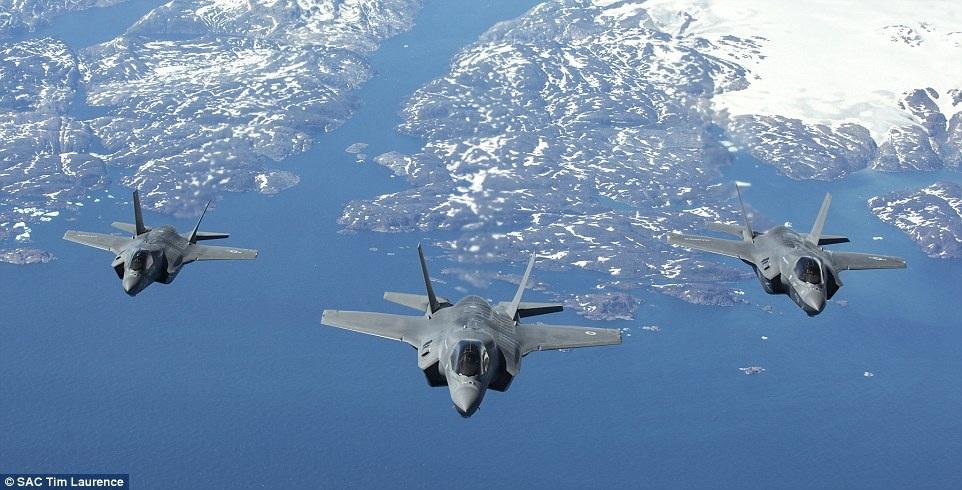 Tia chớp F-35 của Anh được hộ tống bởi hai máy bay chiến đấu của Mỹ khi bay qua Đại Tây Dương
