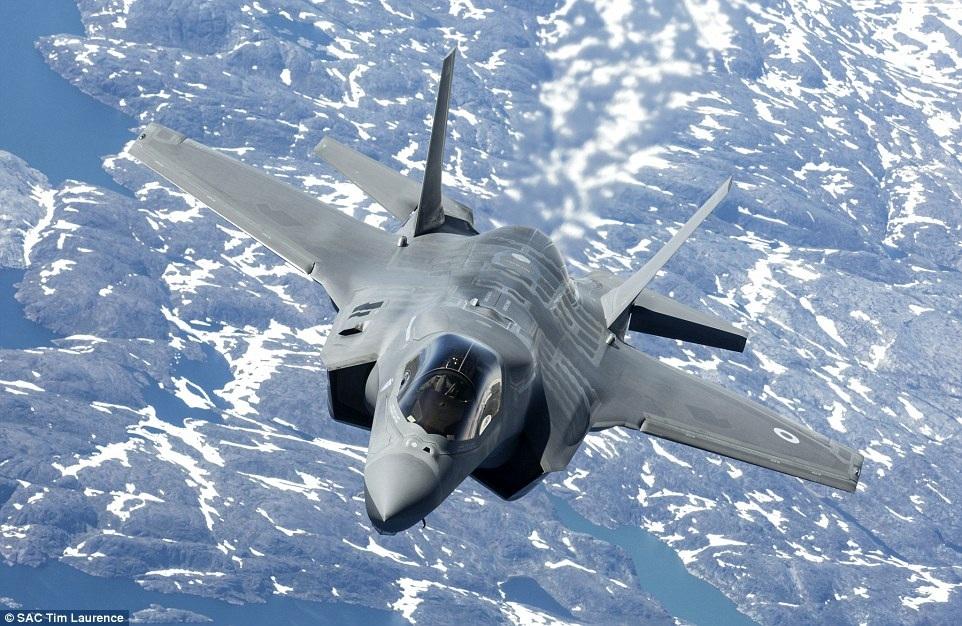 """""""Tia chớp"""" F-35 của Anh ngày 2/7 bay qua Biển Bắc với sự hỗ trợ của máy bay F-35 khác của Thủy quân lục chiến Mỹ"""
