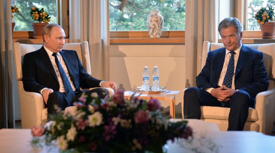 Tổng thống Nga Vladimir Putin (trái) gặp người đồng cấp Phần Lan Sauli Niinisto tại dinh thự mùa hè Kultaranta ở Naantali, Phần Lan ngày 1/7 (Ảnh: RT)