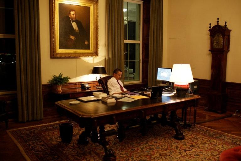 Tổng thống Obama đọc thư của người dân Mỹ gửi đến trong một buổi làm việc đêm năm 2009. (Ảnh: New York Times)