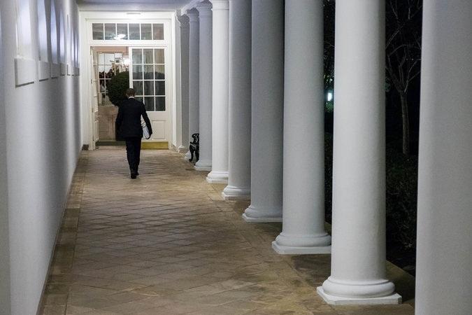 Ông Obama rảo bước ra khỏi khu Cánh Tây khi trời đã tối (Ảnh: New York Times)