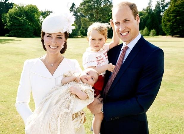 Bức ảnh chụp gia đình 4 thành viên của Hoàng tử William và Công nương Kate. Lúc này, Hoàng tử George gần 2 tuổi còn Công chúa Charlotte vừa mới sinh (Ảnh: PA)