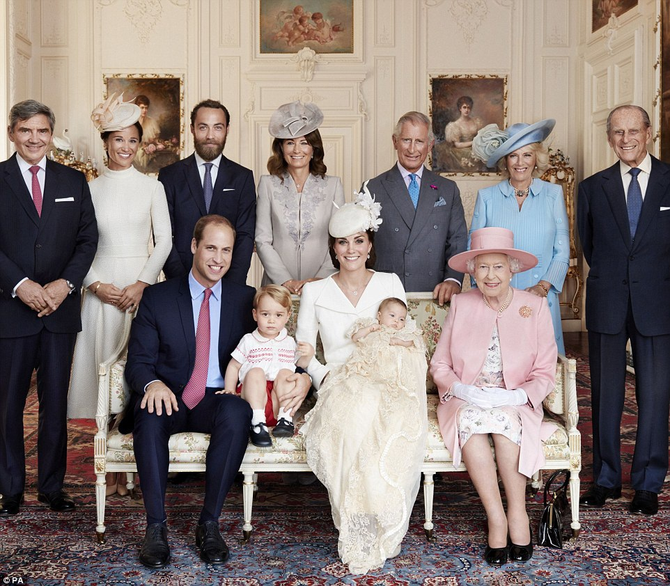 Gia đình William - Kate chụp ảnh cùng Nữ hoàng Anh (áo hồng) và các thành viên trong Hoàng gia Anh (Ảnh: PA)