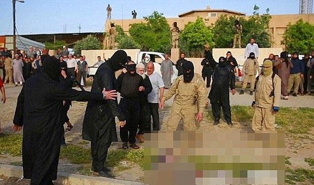 IS đã hành quyết 7 chiến binh đào ngũ bằng cách nhúng vào nồi nước sôi (Ảnh: Dailymail)
